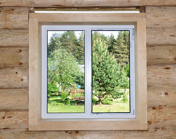 Правильно установленное окно в рубленом доме