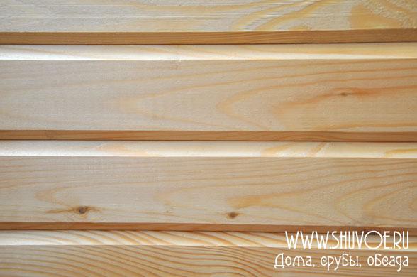 Сложенный друг на друга сухой профилированный брус создает ровную красивую стену дома.