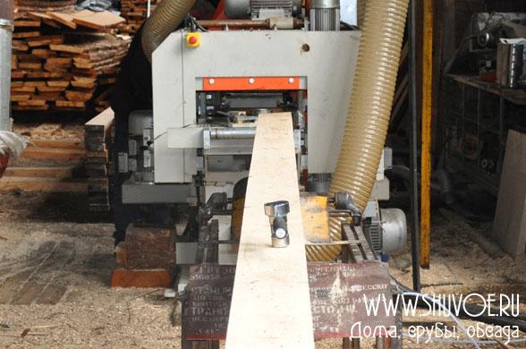 Заготовки подаются в четырехсторонний деревообрабатывающий станок, который строгает брус и нарезает профиль.