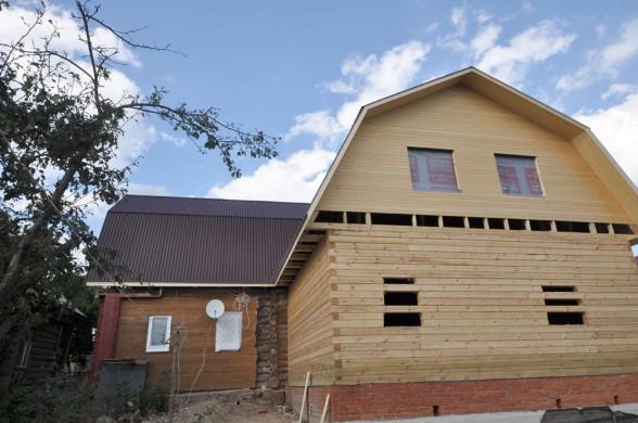 Брусовая пристройка к деревянному дому - установка единой кровли над старой и новой частью дома.