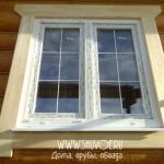 Оформленное окно в деревянном доме.