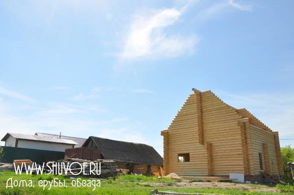 Вид со стороны на новый деревянный дом