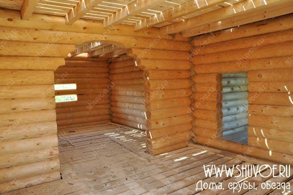 Внутри строящегося деревянного дома - арка, черновые полы