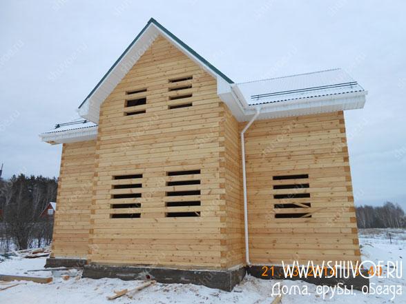 Вид на фасад только что построенного брусового дома.