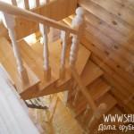 Изготовление лестницы с поворотом в доме из оцилиндрованного бревна. .  Сложность проекта заключалась в ограниченном...