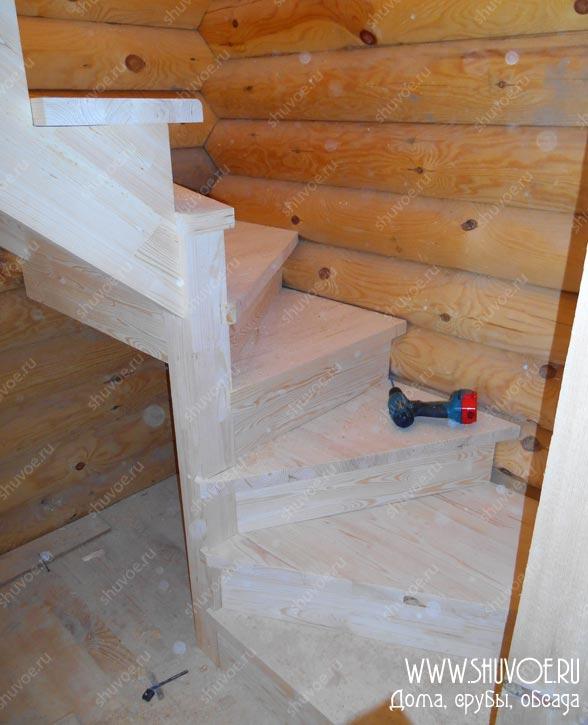 В процессе монтажа лестницы