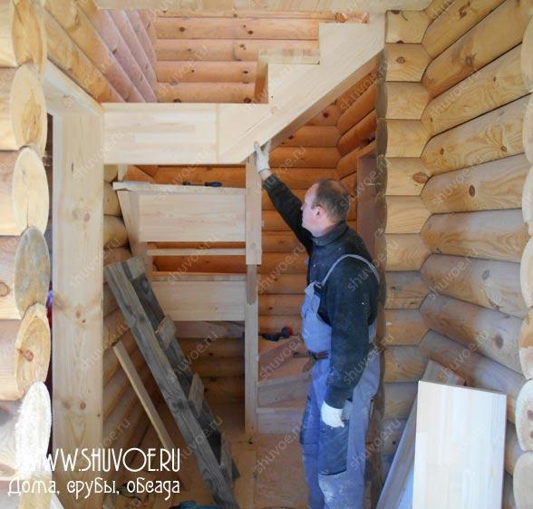 Поддерживает лестницу, чтобы не упала ))