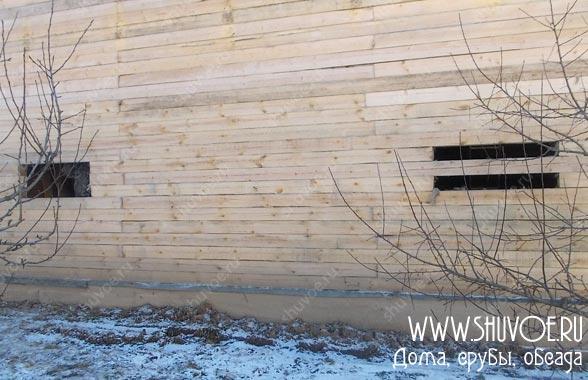 В стене намечены места будущих окон.