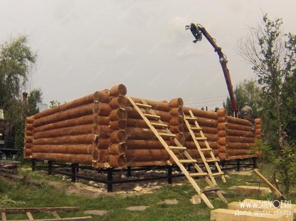Установка сруба дома на фундамент