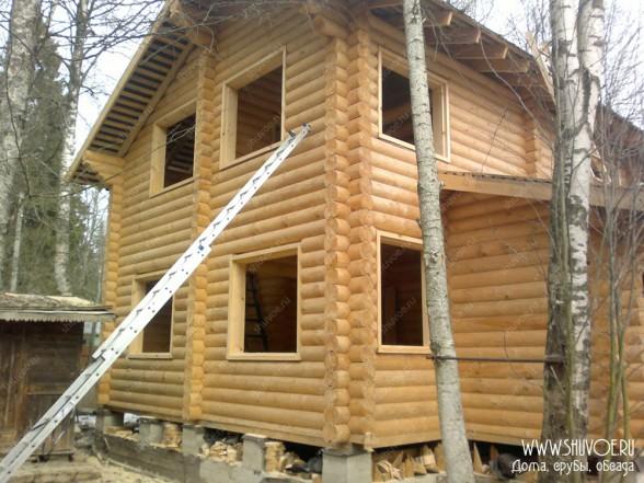 Дом с установленном обсадой окон