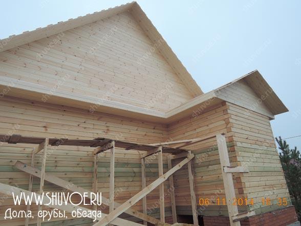 Отделка фронтонов вагонкой при строительстве дома под усадку
