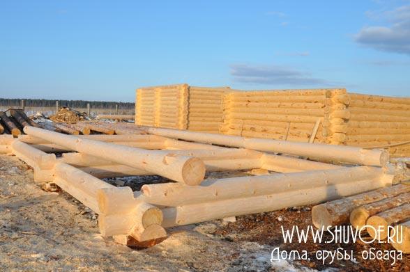 Рубка срубов в Шувое - на фото первые венцы сруба 6х9