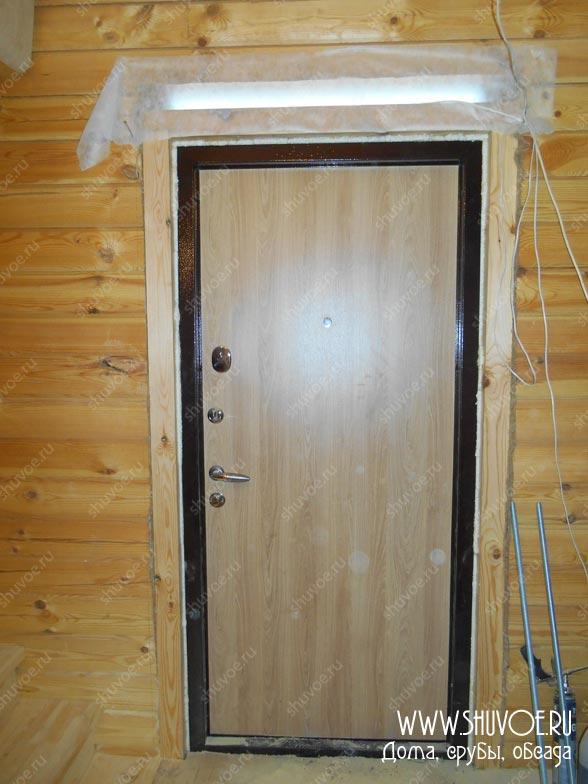 Металлическая входная дверь в брусовом пристройке
