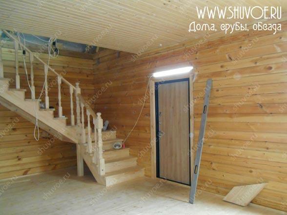 Вид на лестницу и входную дверь
