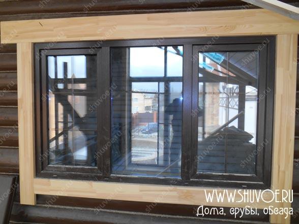 Окна с наличниками в деревянном доме.