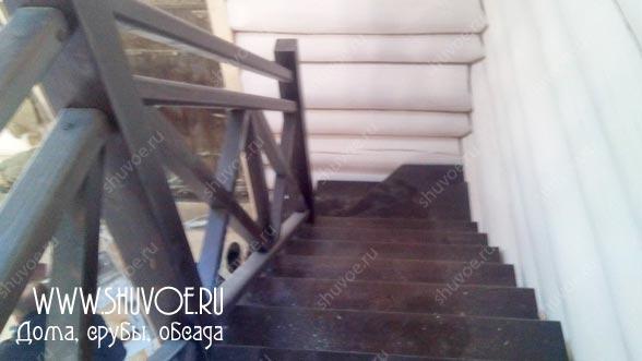 Строительство деревянной лестницы с металическим основанием.