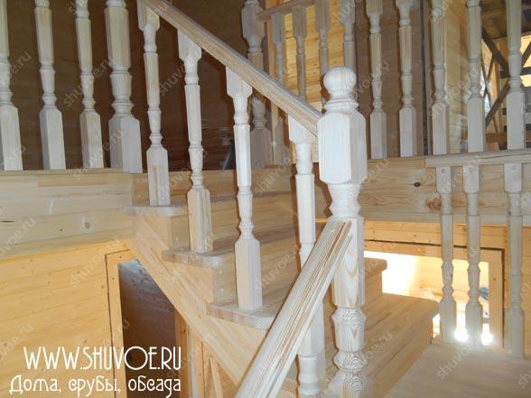 Отделка брусового дома в Антипино - строительство деревянной лестницы.