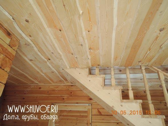Потолок из необрезной доски.