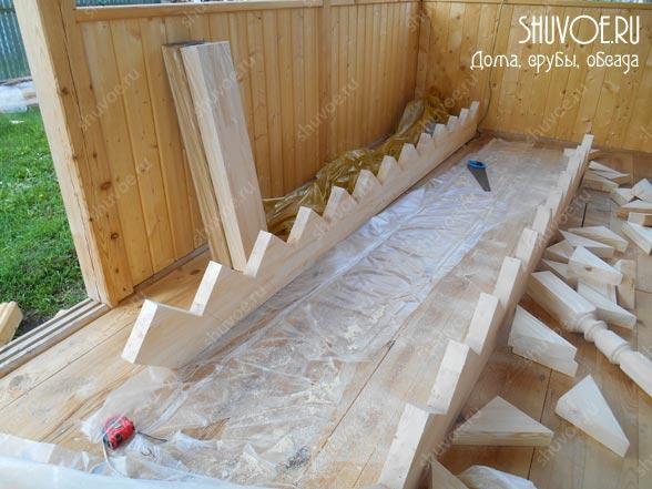 Отделка брусового дома - строительство лестницы.