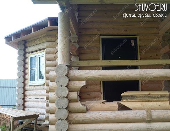Остекление эркера в деревянном доме, обсада входной двери.
