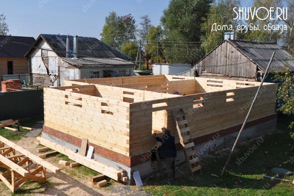 Вид на строящийся брусовой дом.