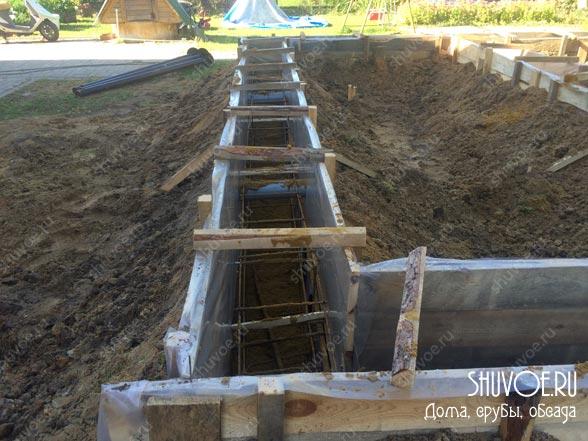 Строительство опалубки перед заливкой фундамента.