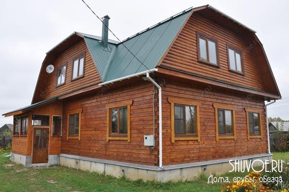 Брусовой дом с крыльцом - это хороший выбор для собственного жилья.