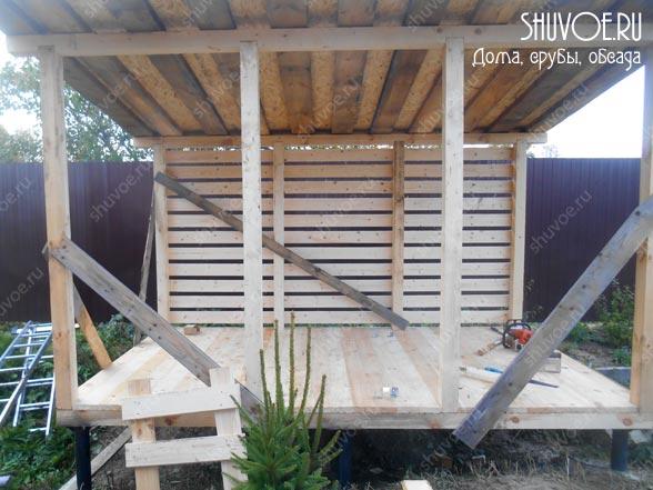 Стены дровника сделаны из обрезной доски 20 мм.