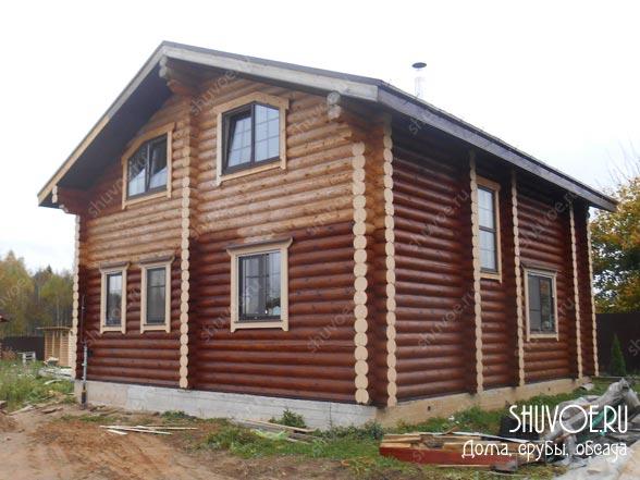 Современные деревянные наличники в доме из бревен.