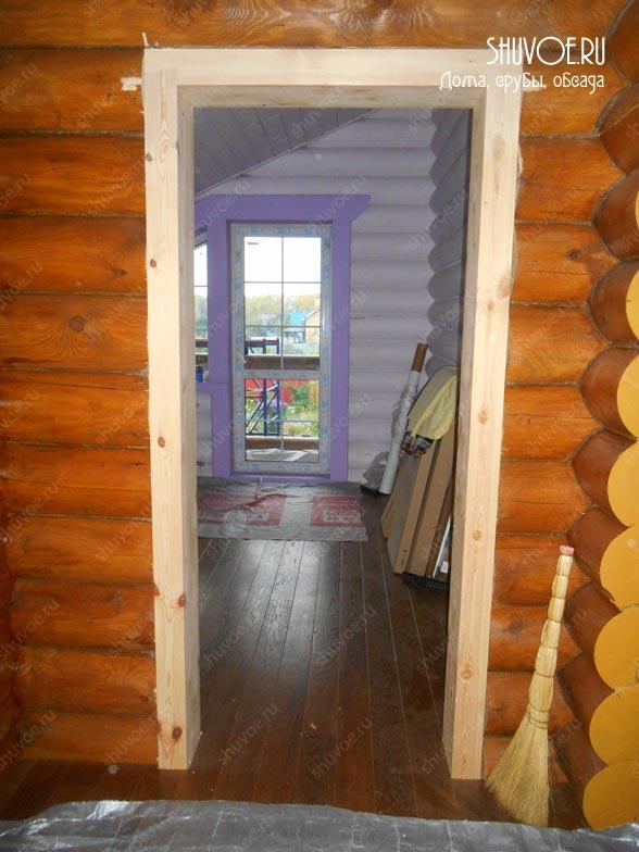 Внутри деревянного дома.