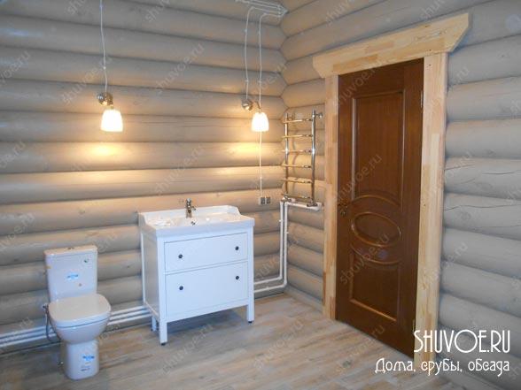Стильная ванная комната в деревянном доме.