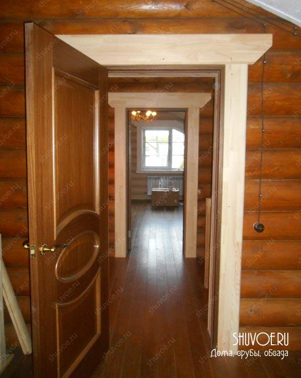 Галерея дверей в деревянном доме.