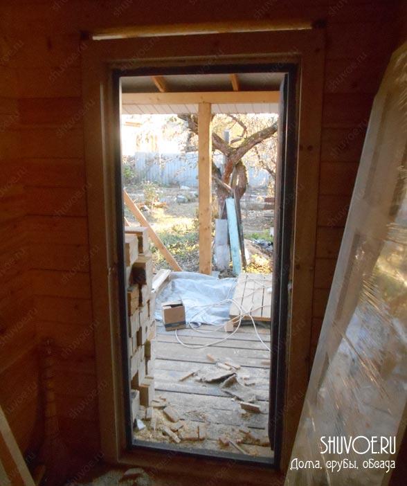 Входная дверь в обсаде.