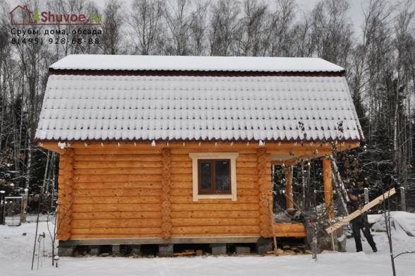 В деревянной бане установили пластиковые окна и входную металлическую дверь.