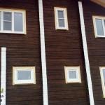 В деревянный дом установлены пластиковые окна.